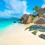 Seychelles-szigetek: homokos tengerpart, pálmafák, piszkos pénzek