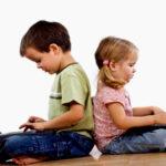 Sokat bámulja a gyerek a képernyőt? Tudd meg, hogy mit csinál ott és miért!